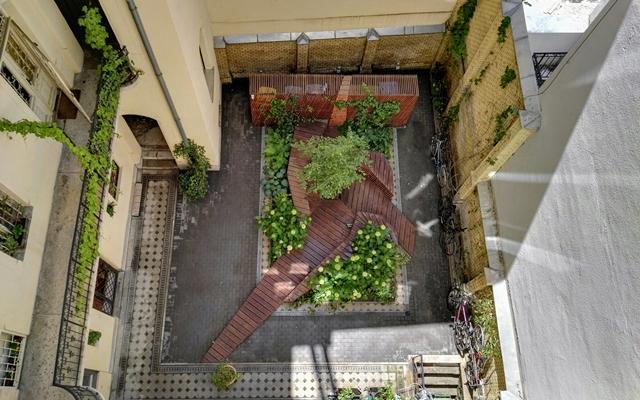 belső udvar felülnézetből, zöld kiskerttel
