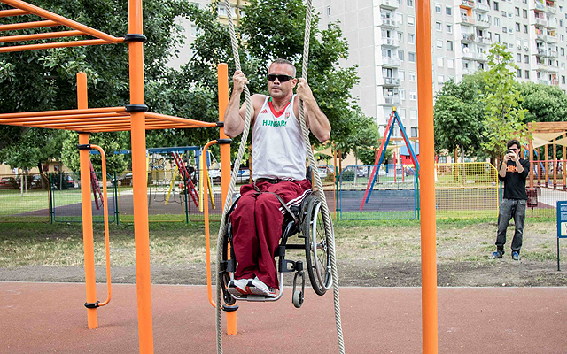 Zsolt Kanyó Paralympic champoin shows a wheelchair excercise in the sportpark